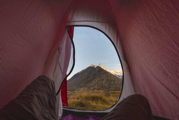 Campeggio con tenda sulle alpi