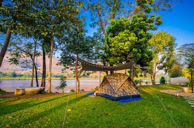 Campeggio e tenda nel parco naturale vicino al lago