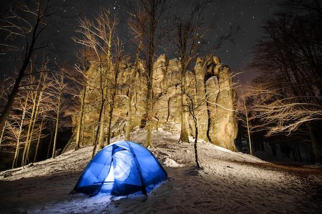 Campeggio invernale in montagna. fotografia notturna