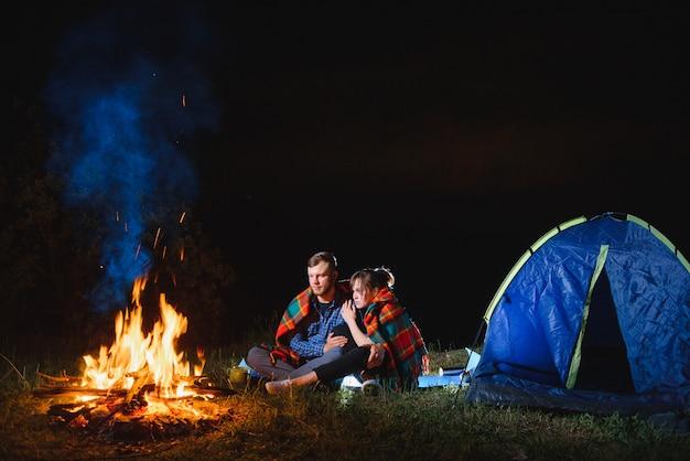 Campeggio notturno in montagna