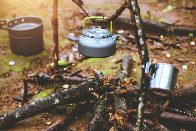 Campeggio sulla montagna nella natura selvaggia