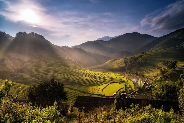 Campi di riso terrazzati al tempo tramonto di mu cang chai district in fase di alba