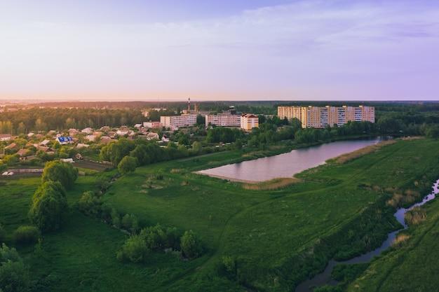 Campi e laghi bielorussi vicino alla vista della città da un'altezza