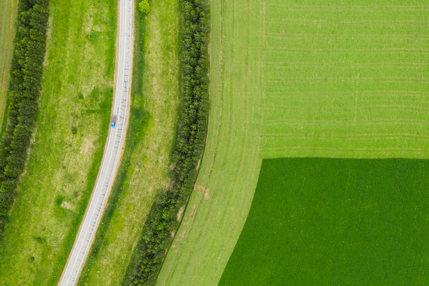 Campi e strade presi dall'alto da un quadrocopter