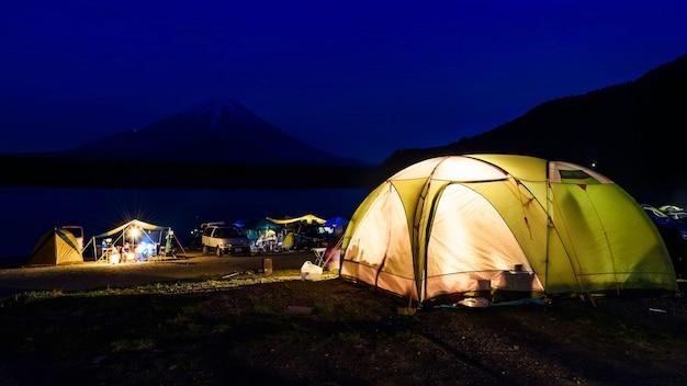 Camping sul lago shoji con mt. vista fuji, giappone