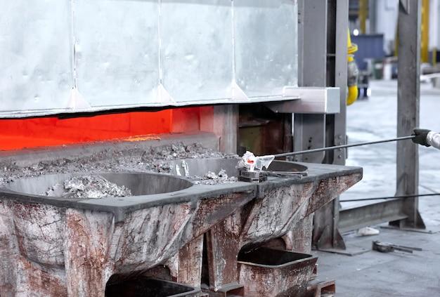 Campionatura di metallo liquido in una fonderia