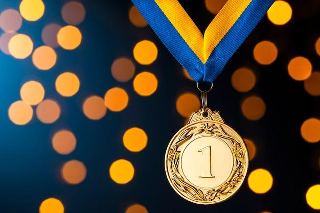 Campione d'oro o medaglione vincitori su un nastro
