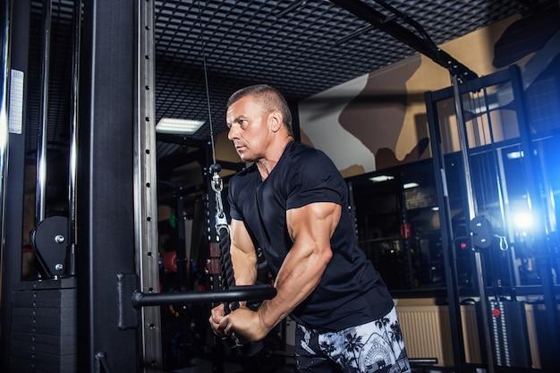 Campione del mondo nel bodybuilding con grandi muscoli