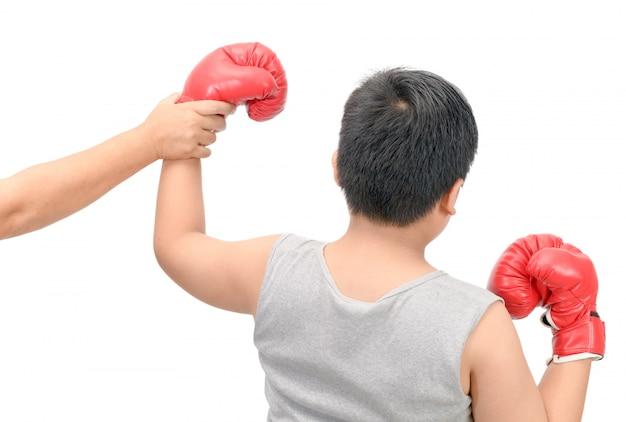 Campione di boxe che indica la vittoria del primo posto