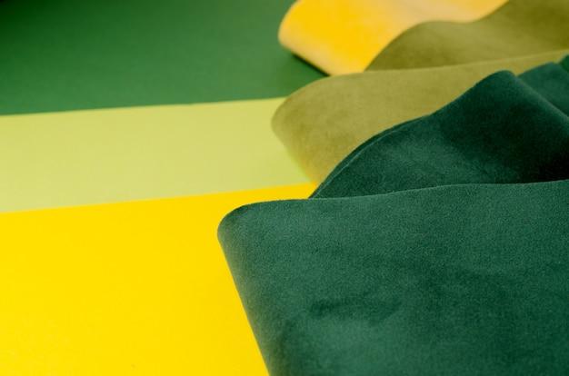 Campione di tessuto alla moda in velluto verde e giallo.