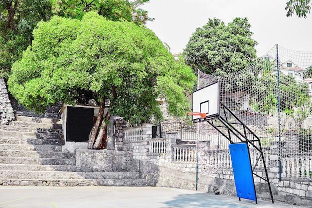 Campo da basket pubblico all'aperto