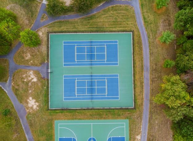 Campo da gioco di tennis un punto alto altezza degli alberi di autunno