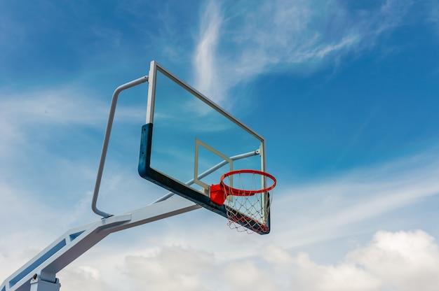Campo da pallacanestro con cielo blu e nuvole