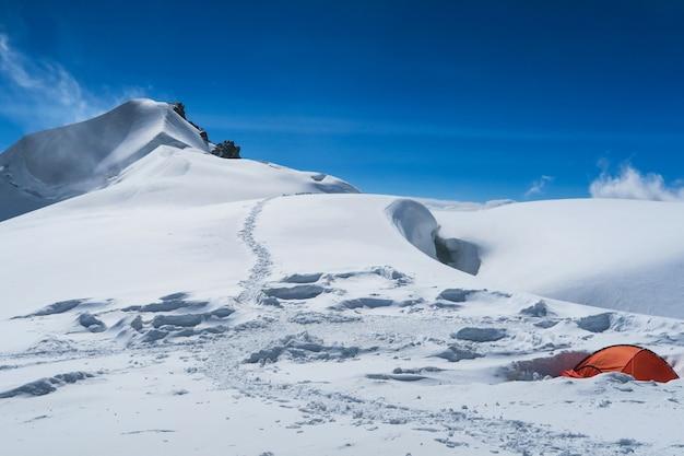 Campo di alpinisti di berelskoe sedlo