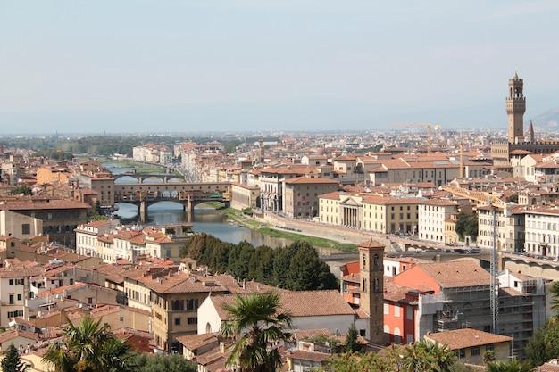 Campo lungo di firenze italia con un cielo blu chiaro