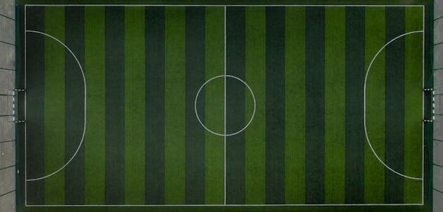Campo sportivo con campo da calcio. ripresa dal drone dall'alto
