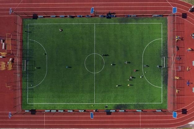 Campo sportivo di strada con campo da calcio, tiro dal drone dall'alto