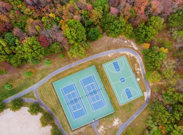 Campo sportivo di vista del paesaggio di autunno un campo da gioco di pallacanestro e di tennis di altezza