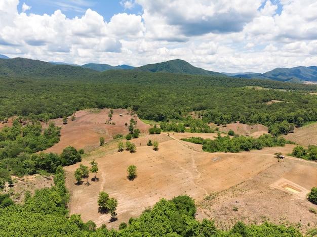 Campo vuoto raccolto accanto alla montagna