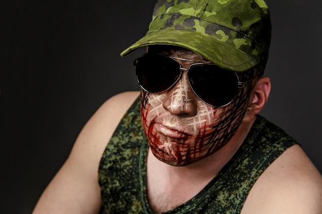 Camuffamento militare sul volto del soldato