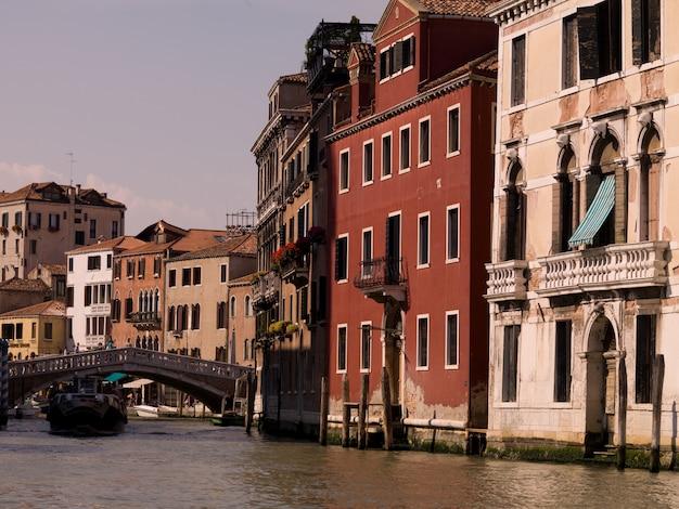 Canale e edifici a venezia