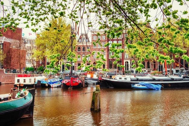 Canali di amsterdam e case tipiche.