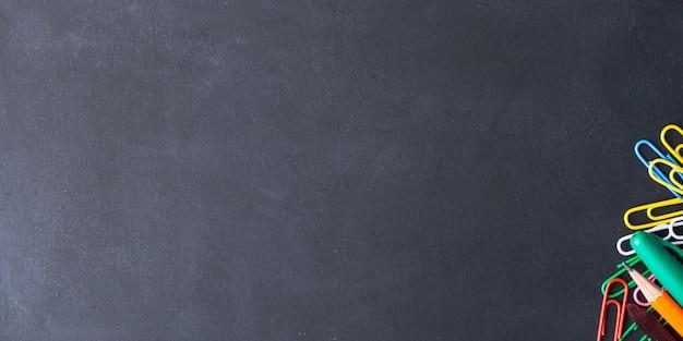 Cancelleria colorata torna al concetto di scuola su oscurità