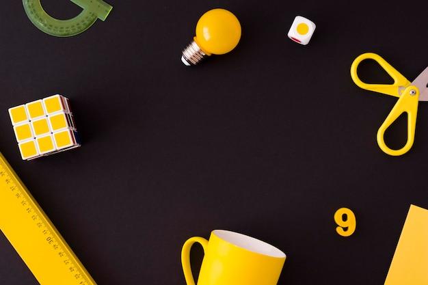Cancelleria gialla su fondo nero