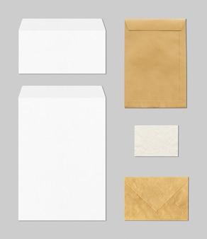 Cancelleria in bianco di affari con le buste in marrone e bianco
