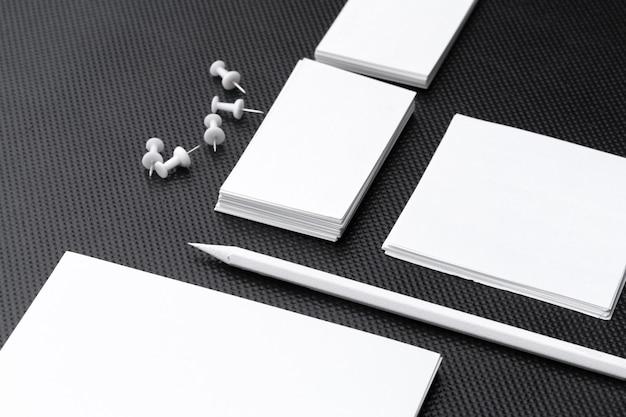 Cancelleria in bianco per il marchio di affari isolato su fondo bianco