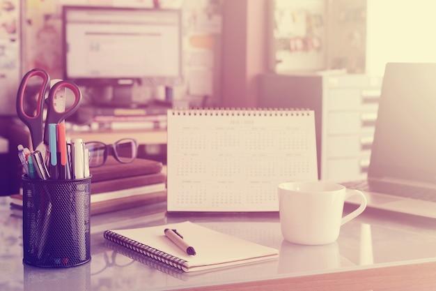 Cancelleria, incentrata sulla penna in area di lavoro sfondo sfocato con filtro vintage