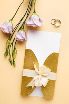 Cancelleria per matrimonio di lusso con anelli e fiori