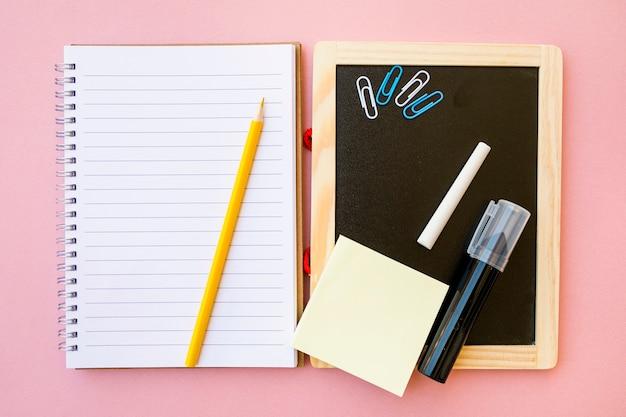 Cancelleria su notebook e lavagna