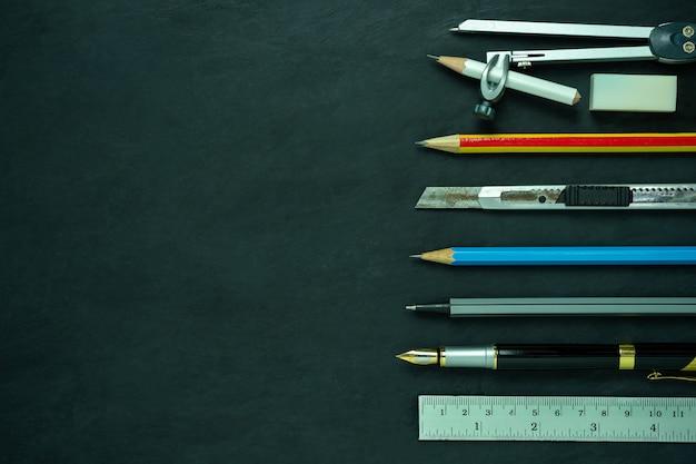 Cancelleria sulla lavagna. concetto di studio di architettura o ritorno a scuola. vista dall'alto e copia spazio per il testo.