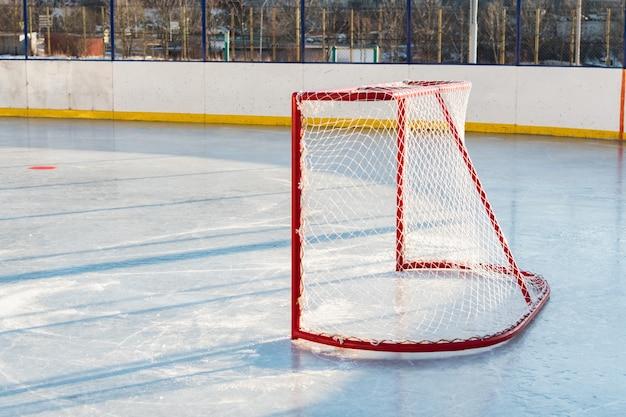 Cancelli di hockey prima della partita in cima all'hockey su strada