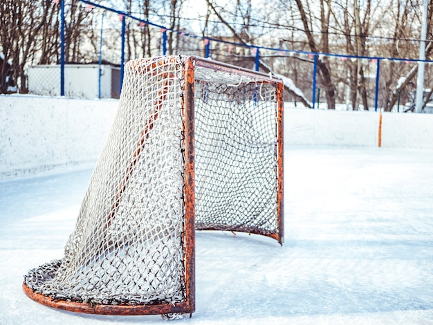 Cancelli vuoti dell'hockey prima della partita un giorno soleggiato di inverno