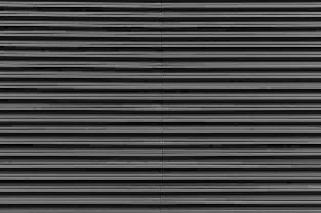 Cancello d'ingresso del garage con superficie metallica zincata, design esterno