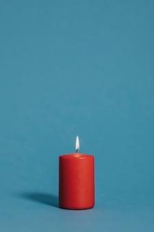 Candela accesa in colore rosso