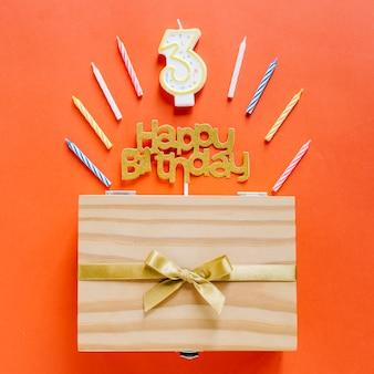 Candela di compleanno di vista superiore con scatola di legno