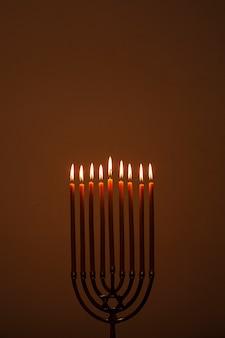 Candelabro religioso che brucia