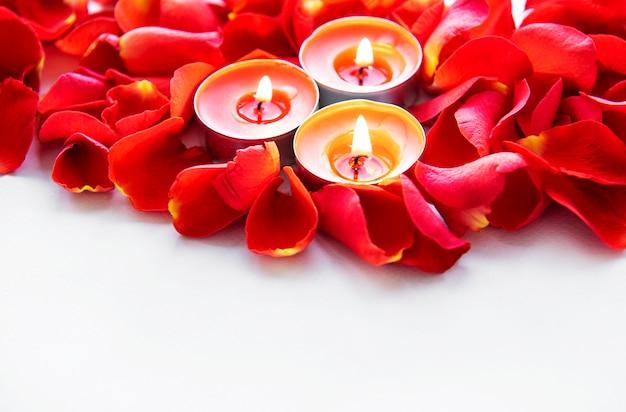 Candele accese in petali di rosa