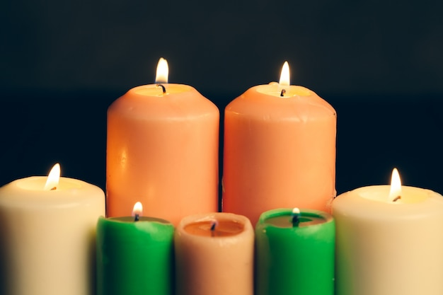 Candele accese nell'oscurità. concetto di commemorazione.