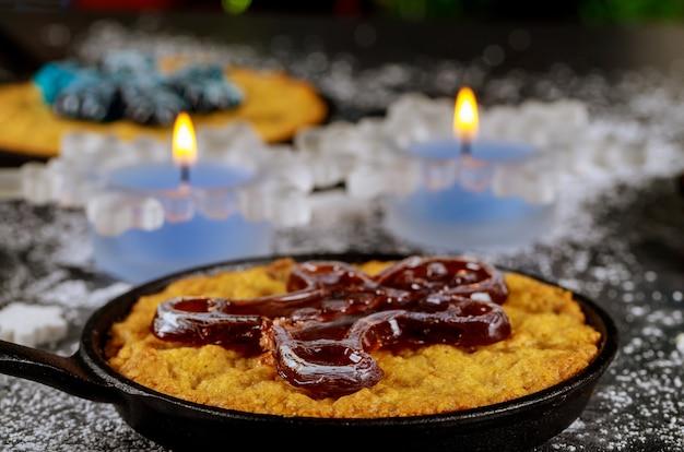 Candele accese sul tavolo da pranzo con cibo, decorato per la notte di natale