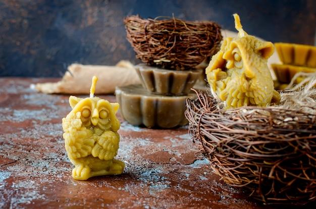 Candele artigianali a forma di gufi fatti con cera d'api naturale