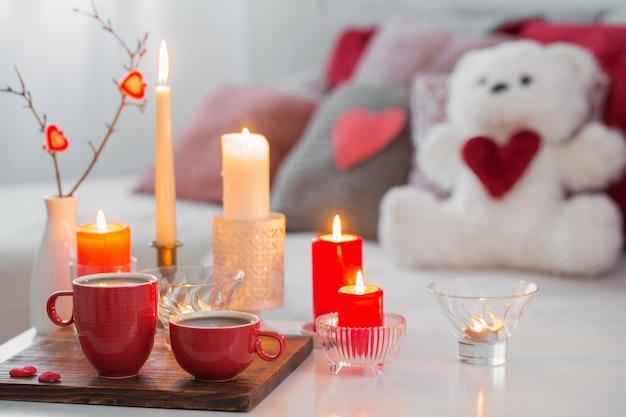 Candele brucianti sulla tavola bianca nell'interno. conce di san valentino