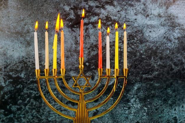 Candele chanukah tutte in una festa ebraica simbolo