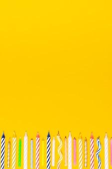 Candele colorate di compleanno con spazio di copia