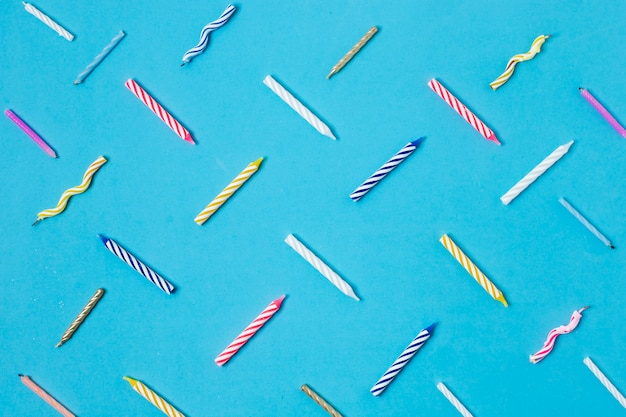 Candele colorate di compleanno su sfondo blu