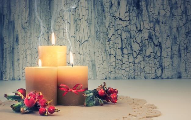 Candele di avvento natalizio con decorazioni