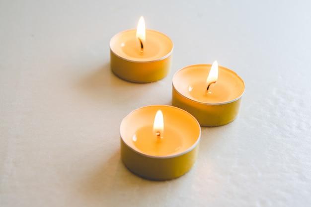 Candele di mela aromatiche accese con una fiamma calda